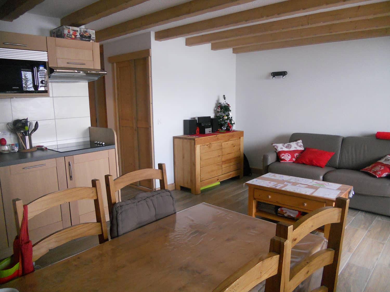 Salle de séjour avec cuisine et coin repas